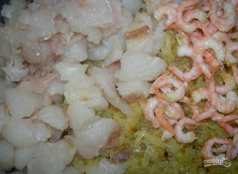 Одну луковицу почистите и мелко нашинкуйте. Обжарьте её в масле до мягкости, помешивая. Затем лук соедините с филе и креветками. К ингредиентам добавьте соль и перец. Перемешайте.