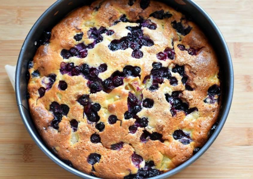 Выпекайте пирог в разогретой до 180 градусов духовке около часа. Проверяйте готовность пирога зубочисткой. Она должна выходить влажной, но без теста. Готовый пирог полностью остудите в форме.