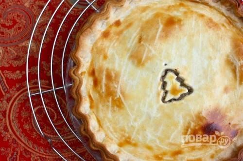 4. Запекайте примерно 20 минут. Затем снизьте температуру и оставьте пирог до образования румяной корочки.