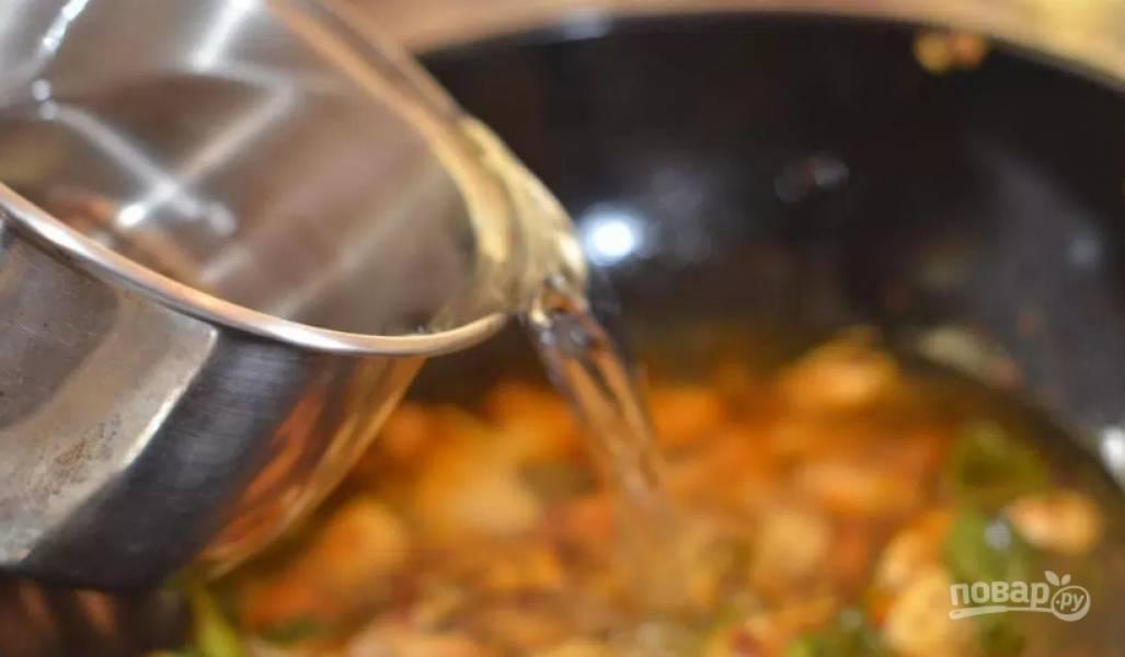 2. Заливаем бульоном или водой, доводим до кипения и уменьшаем огонь.