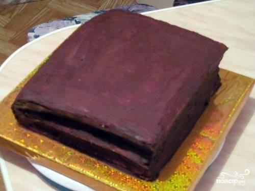 5. Когда со всех сторон наши коржи будут промазаны, отправляем торт застывать в холодильник. У меня на это уходит от часа до полутора.