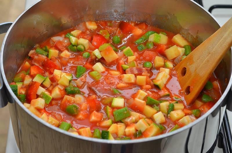 Выкладываем в кастрюлю оставшиеся овощи, добавляем измельченный чеснок, готовим еще 5 минут.