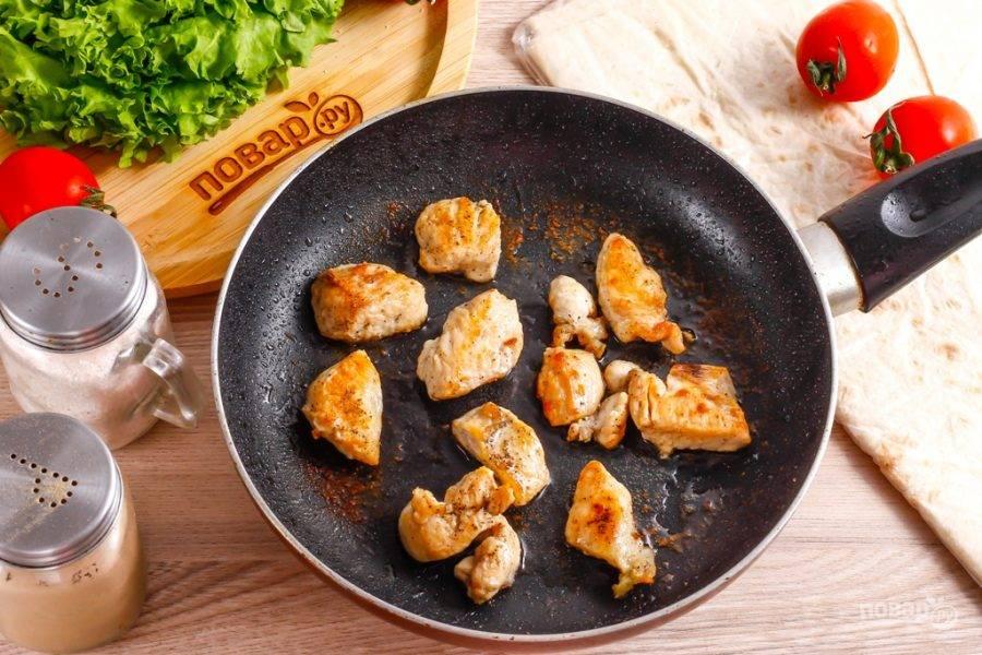 Посолите и поперчите филе, обжарьте примерно 5-8 минут, чтобы мясо выделило жидкость, она выпарилась, и кусочки курицы поджарились до румяности.