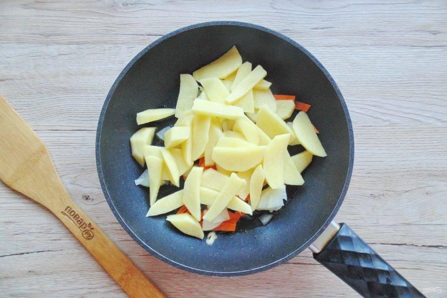 Картофель очистите, ополосните и нарежьте пластинками, как для жарки. Выложите в сковороду.