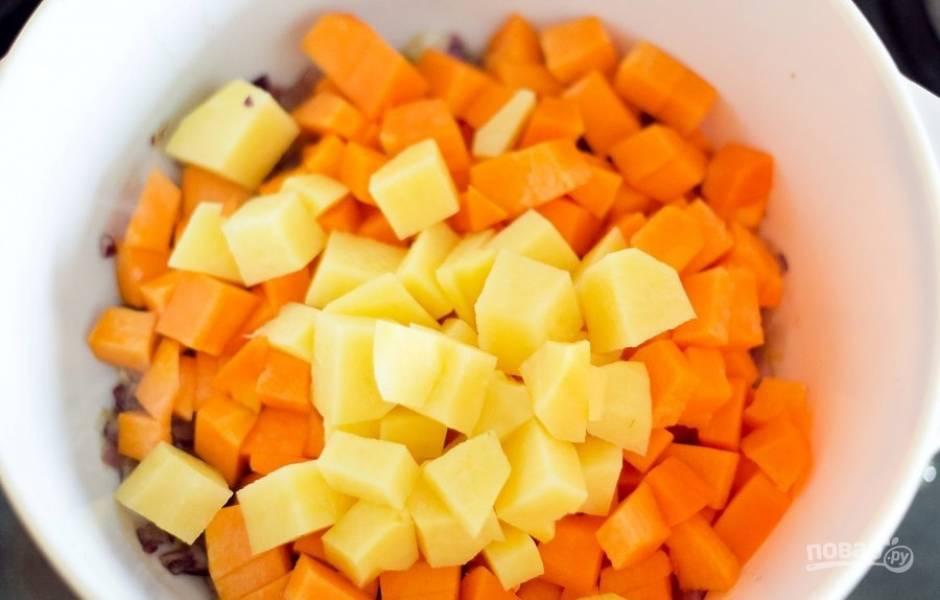 Спустя пару минут, добавьте картофель и тыкву, нарезанную кубиками. Обжарьте их до золотистой корочки.