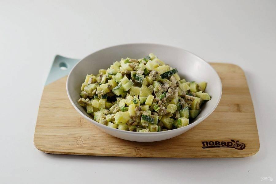 Посолите и поперчите салат по вкусу, хорошо перемешайте.
