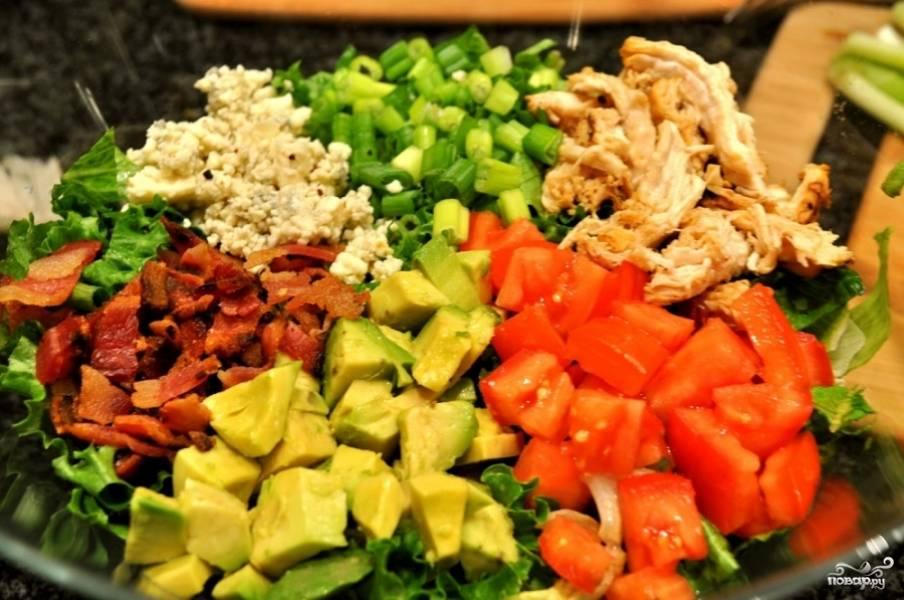 8. Подготовьте большое блюдо. На него выложите все ингредиенты, кучкуя их, как это показано на фото.