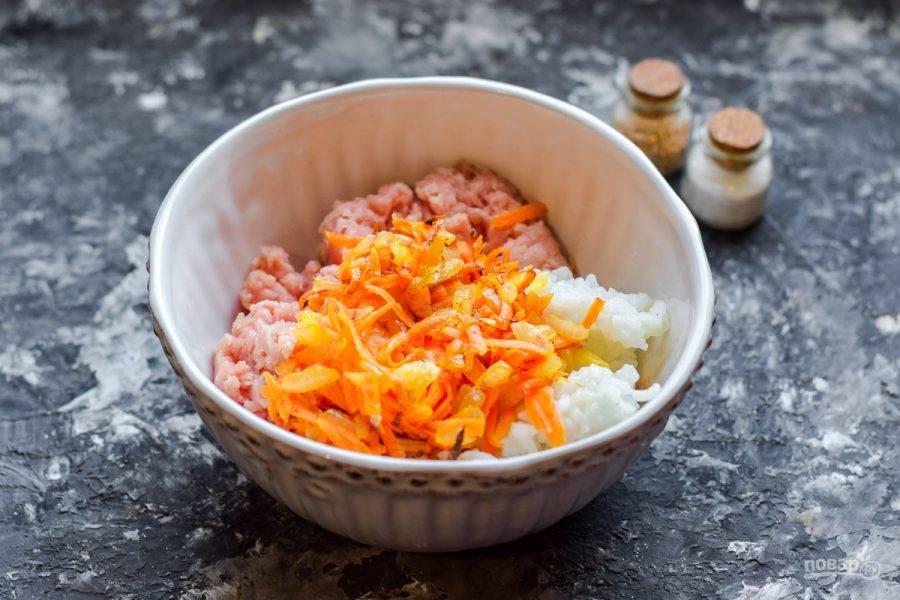 Морковь и лук поджарьте на растительном масле, добавьте в фарш.