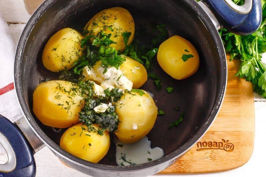 Промойте свежую зелень и измельчите, добавьте вместе со сметаной любой жирности в емкость с отварным картофелем. Если сметана не жирная, то дополнительно добавьте в емкость кусочек сливочного масла.