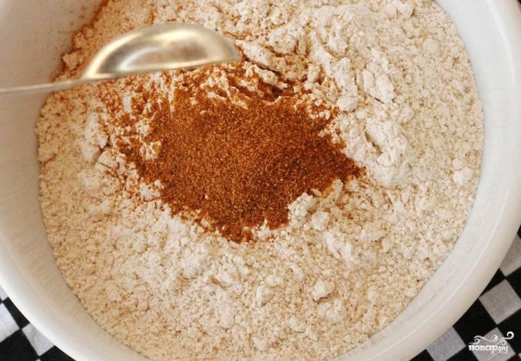 Насыпаем в отдельную сухую миску стакан муки. Высыпаем в нее специи с солью. В качестве специй у меня красный острый перец, черный перец и паприка. Перемешиваем муку со специями.