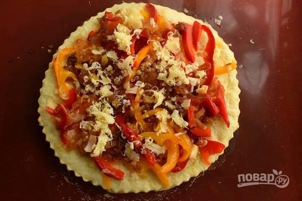 Выньте пирог из духовки, выложите сверху тертый сыр, карамелизированный лук, перец, присыпьте слегка сыром. Выпекайте еще 5 минут. Посыпьте измельченной зеленью (у меня базилик и розмарин).