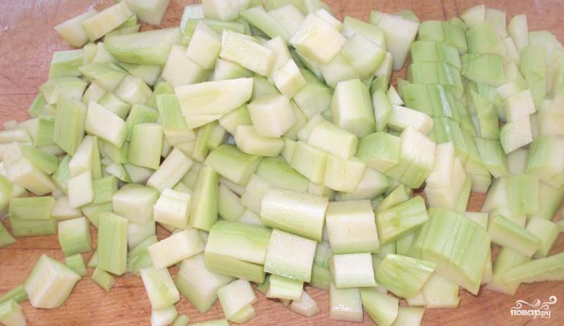 У меня были молодые кабачки, поэтому я готовила их вместе с кожурой, но если у вас они уже довольно зрелые, то необходимо срезать с них кожуру и удалить семена. Теперь нарезаем кабачки на кубики и добавляем к картофелю в кастрюлю.
