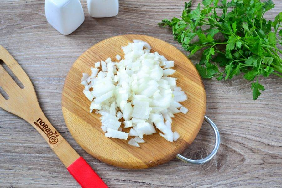 Пока тесто подходит, займемся начинкой. Мелко нарежьте репчатый лук и обжарьте на сковороде с растительным маслом.