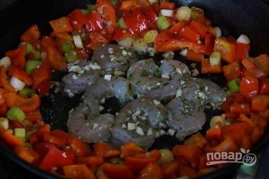 Отодвинем овощи к краю сковородки, освободив по центру место для креветок. Обжариваем их по 1-1,5 минуты с каждой стороны. Не забываем про овощи! Когда креветки будут готовы, убираем овощи с креветками на тарелку.