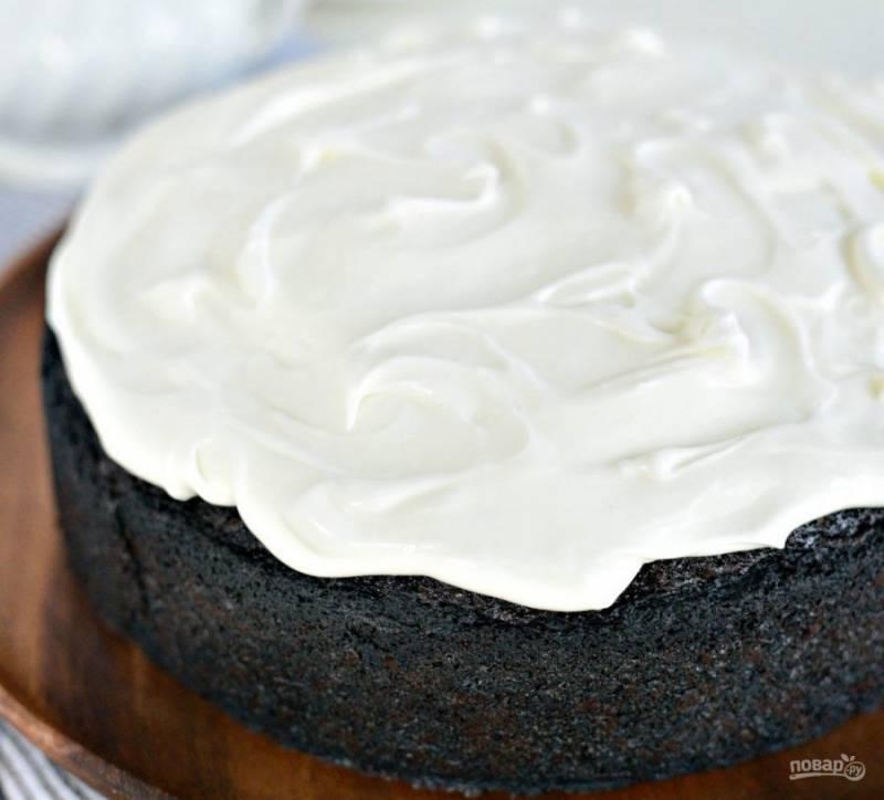 Пока пирог остывает, взбейте вместе сыр с молоком и сахарной пудрой. Покройте кремом пирог. Приятного чаепития!