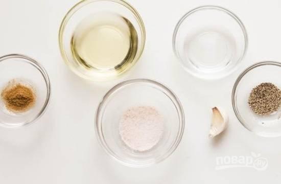 Приготовим ингредиенты для заправки: масло, уксус, соль, горчицу. Измельчим чеснок. Тмин надо размолоть в кофемолке.