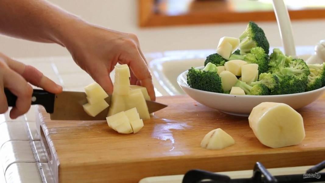 1. Очищенный картофель нарежьте крупными кубиками, а брокколи разберите на соцветия.