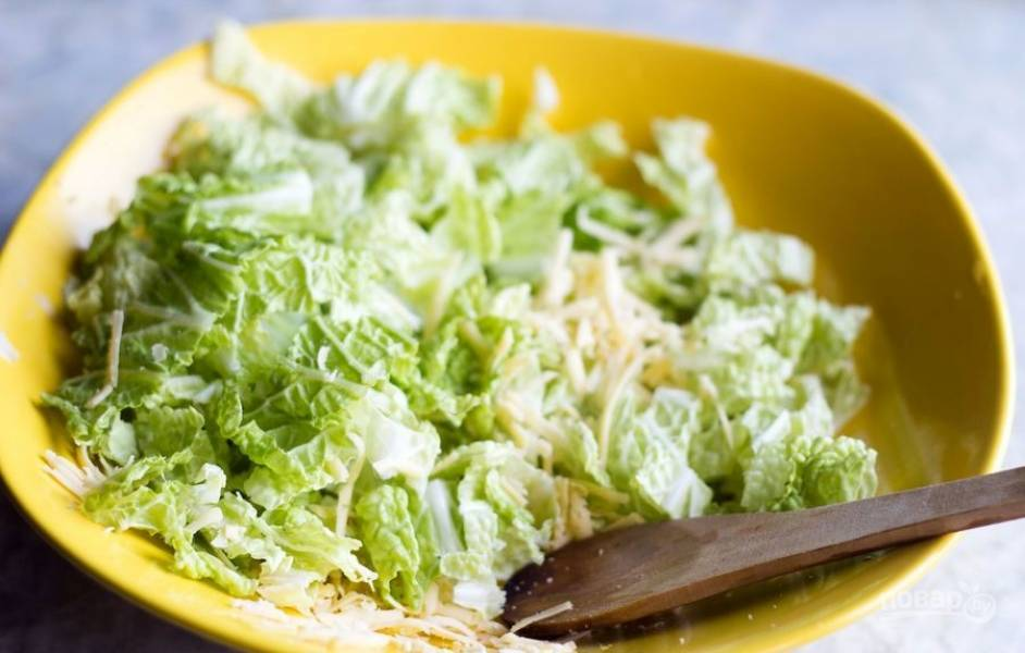 Нарвите в салат промытый латук.