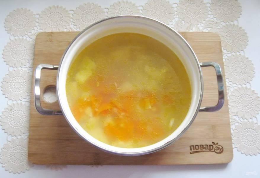 Затем выложите в кастрюлю с супом.