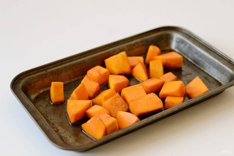 Тыкву нарежьте кубиками, сбрызнете растительным маслом и соевым соусом, запекайте в заранее разогретой до 225 градусов духовке 30 минут.