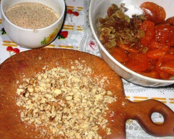 2. Пока подходит наше тесто, измельчите орехи, замочите изюм и выложите в небольшое сито абрикосовое варенье (это нужно для того, чтобы  ушла лишний сироп).