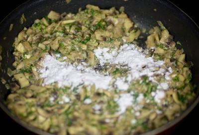 Добавить мелко нарезанную зелень, перемешать. Всыпать крахмал и быстро перемешать, готовить пока смесь не загустеет.