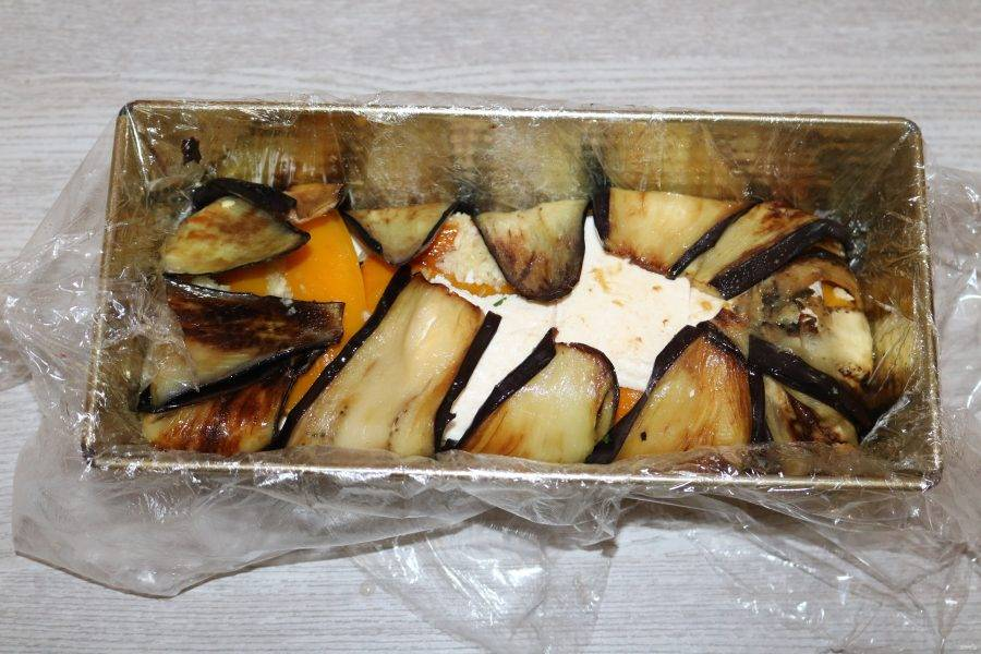 Затем слой сыра и закройте террин баклажанами.