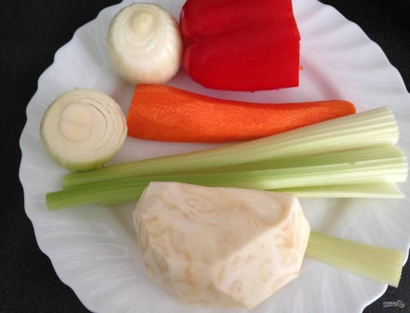 3.Пока мясо в духовке, подготовлю все овощи: очищаю морковь, лук, перец, стебли и корень сельдерея. Морковь и сельдерей нарезаю брусочками, перец и лук нарезаю небольшими кусочками.