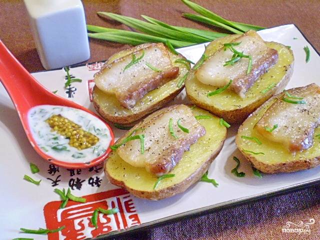Картошка с салом и чесноком в духовке