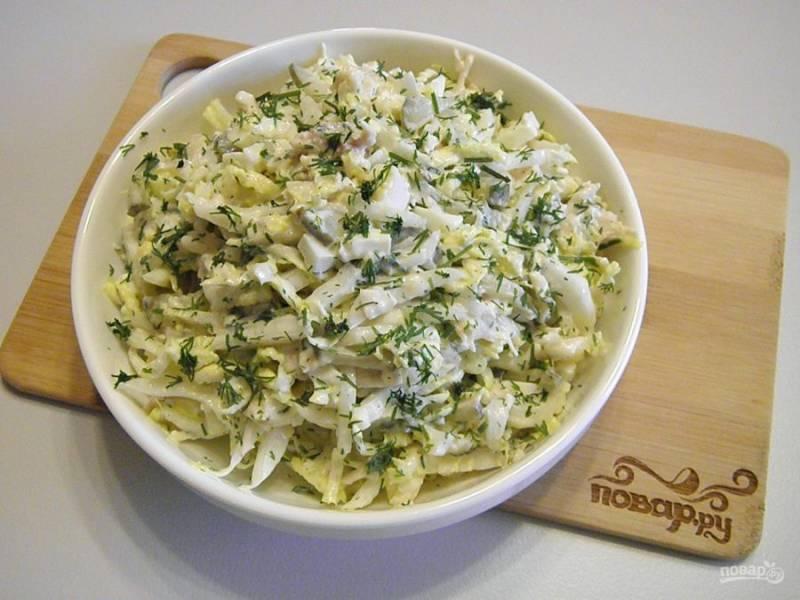 7. Разложите салат порционно, украсив зеленью. Приятного аппетита!