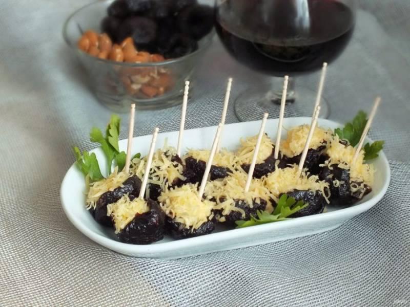 Фаршированный чернослив выложите в небольшие салатники, воткните шпажки и подавайте к столу. Приятного аппетита!