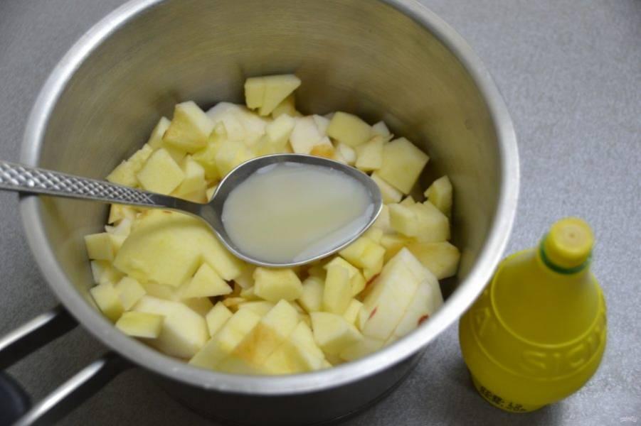 Выложите яблоки в сотейник, влейте 2 столовые ложки лимонного сока, поставьте на огонь примерно на 5 минут.