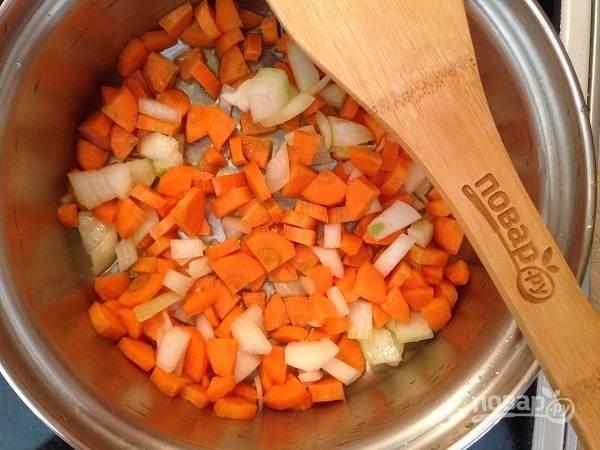 2. Обжариваем лук с морковью на оливковом масле до мягкости.