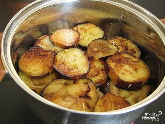 В форму для выпекания или казан выкладываем слоями картофель, лук, баклажаны и снова картофель. Картофель слегка присаливаем.