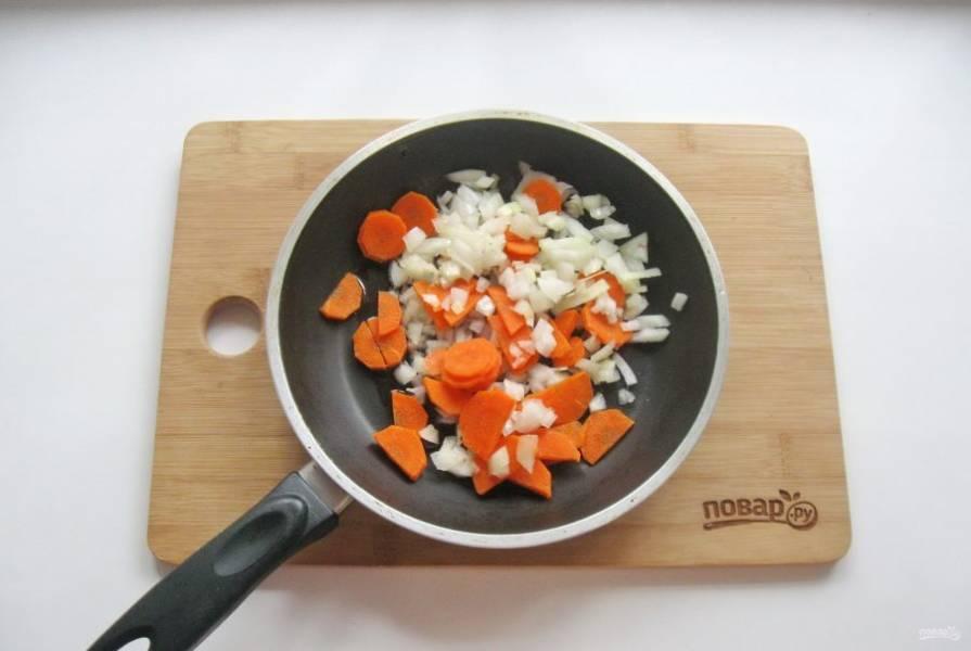 Морковь и репчатый лук очистите, помойте и нарежьте. Выложите в сковороду.
