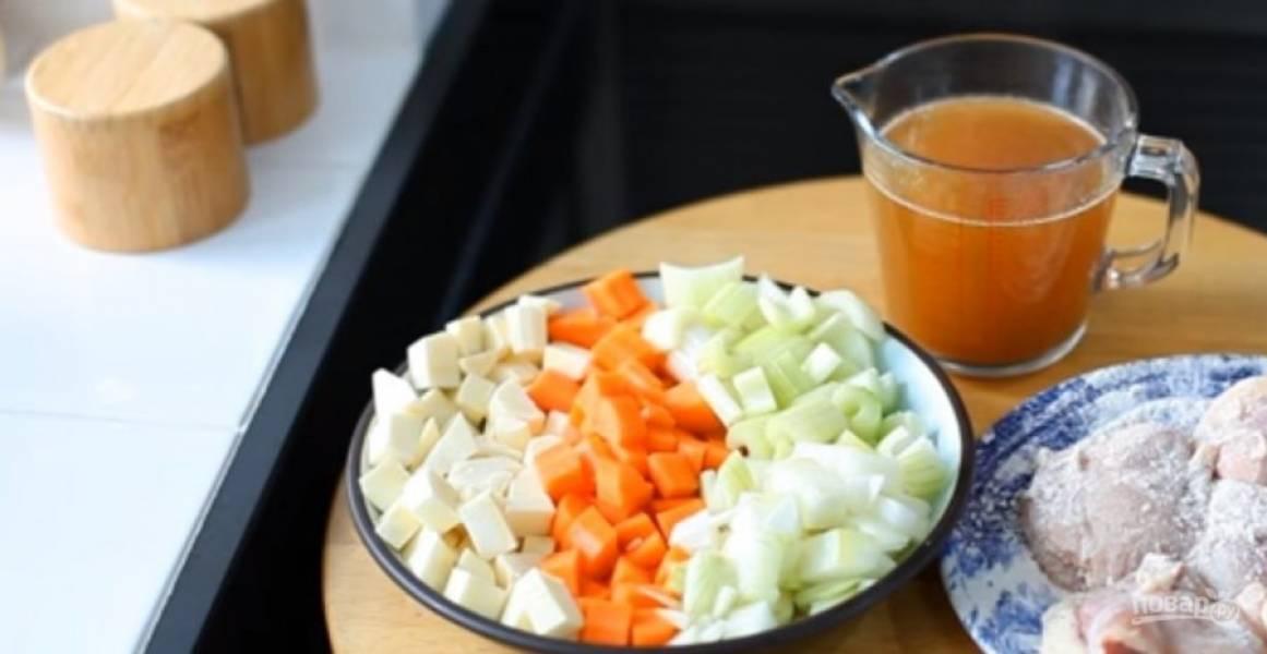 1. Перловку залейте водой и поставьте вариться на 15 минут, затем хорошо промойте ее холодной водой. Все овощи – морковь, сельдерей, пастернак, лук – нарежьте небольшими кубиками.