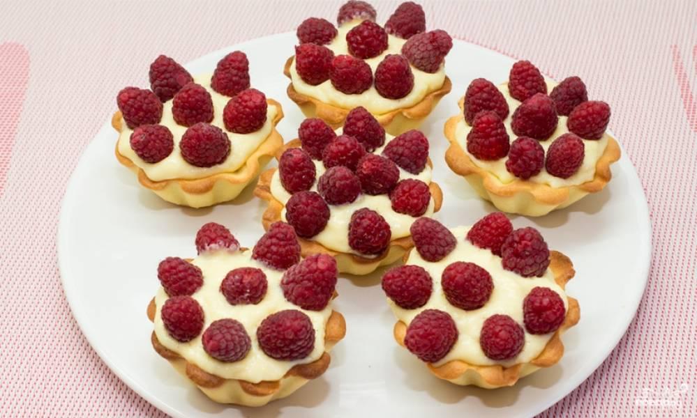 Наполняем корзинки кремом, украшаем их свежими ягодами малины. Приятного аппетита!