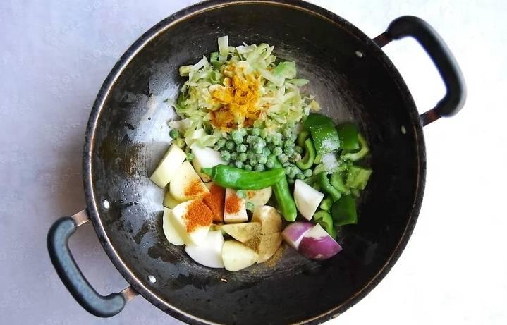 Выложите овощи к луку, добавьте специи, соль. Обжарьте овощи до золотистого цвета.