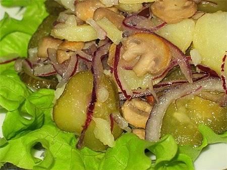 5. Салат солим, перчим, и поливаем сверху растительным маслом. Подаем вместе со свежими салатными листьями. Приятного аппетита!