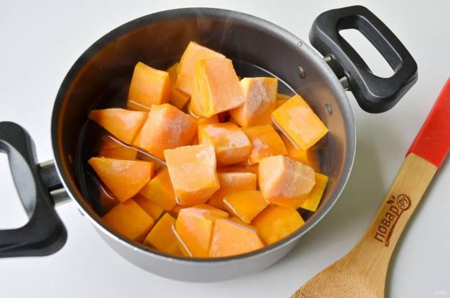 2. Доведите воду до кипения, положите тыкву и варите до размягчения. По времени это примерно 20-25 минут. Готовность можно проверить вилочкой, если входит легко - готова.