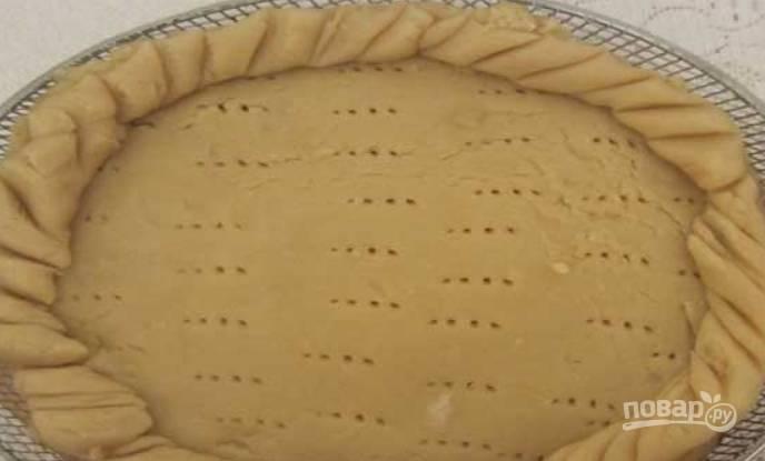 Раскатываем размороженное тесто в пласт, разделяем его на две части. Одну часть укладываем в форму, предварительно застеленную пергаментом (смажьте её маслом). Накалываем тесто вилкой, делаем фигурные бортики. Присыпаем тесто корицей, добавляем курагу с изюмом. Второй частью теста накрываем пирог, края защипываем. Смазываем пирог взбитым яйцом и выпекаем в аэрогриле на средней решетке. Моему пирогу хватает 30 минут при температуре 230 градусов.