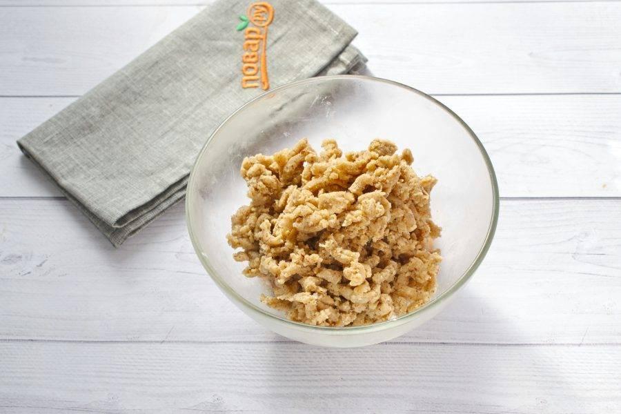 Муку, орехово-овсяную крошку, сахар (2 ст. л.), корицу, сливочное масло (50 г) разотрите руками в крупную крошку.