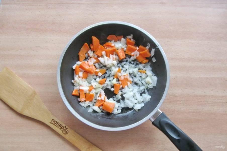 Налейте подсолнечное масло и припустите овощи на небольшом огне в течение 5-7 минут.