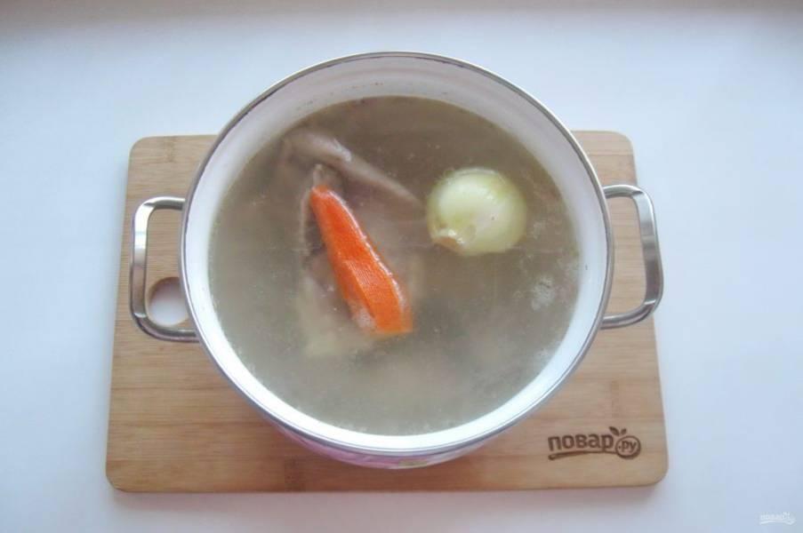 Добавьте очищенный лук, морковь и чеснок.