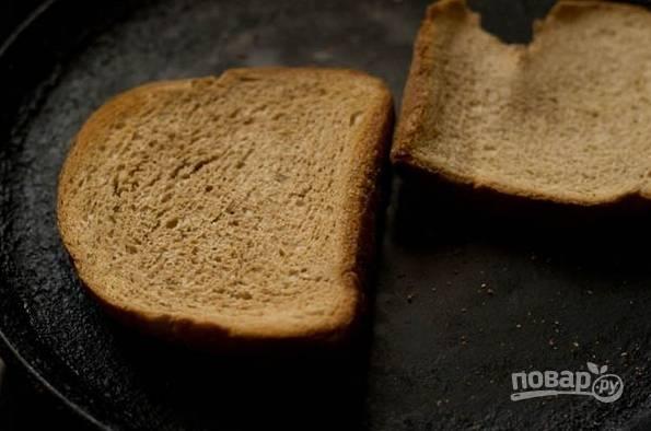 4. Параллельно можно сделать сухарики, чтобы дополнить супчик при подаче. Для этого пару ломтиков хлеба отправьте в разогретую духовку и подсушите немного. Также вы можете сделать это сковороде.