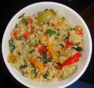 Добавить порезанные овощи и заправить маслом с уксусом.