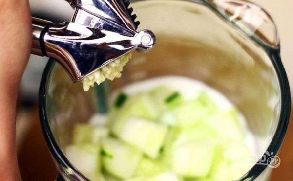 4.Очистите зубчики чеснока и пропустите через пресс, добавьте в чашу блендера.