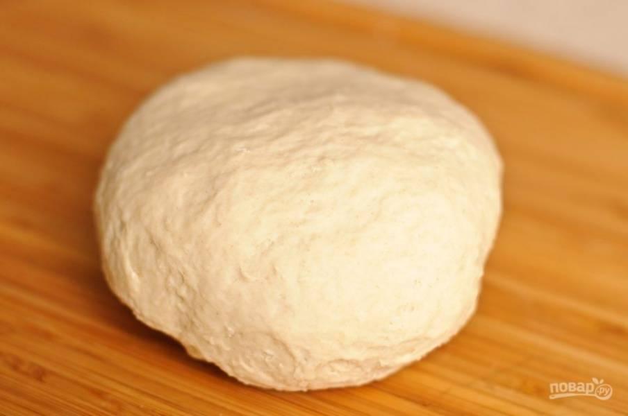 Замесите крутое и эластичное тесто. Оставьте на 15-20 минут.