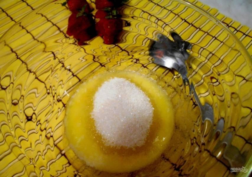 2.Добавляю к растопленному сливочному маслу сахарный песок.
