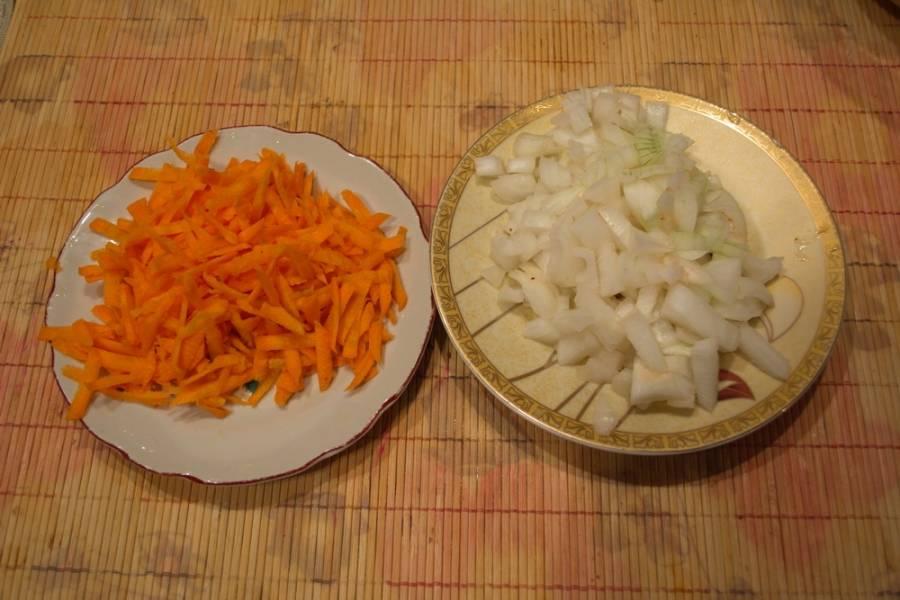 Морковь и лук измельчить. Можно нарезать или натереть на терку.